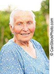 Mujer vieja sonriente
