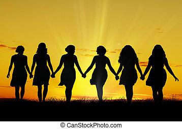 Mujeres caminando de la mano