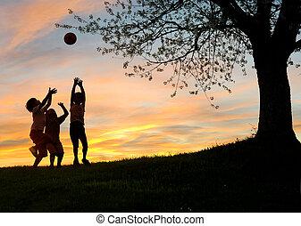 Niños jugando al atardecer, siluetas, libertad y felicidad
