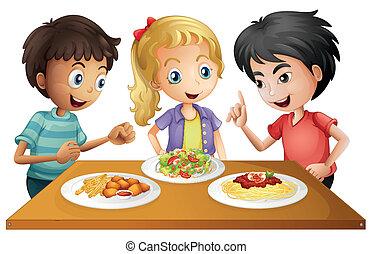 Niños mirando la mesa con comida