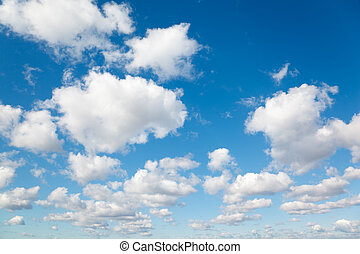 Nubes blancas y suaves en el cielo azul. El fondo de las nubes.