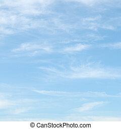 Nubes ligeras en el cielo azul