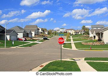 Nuevas casas residenciales en una subdivisión suburbana