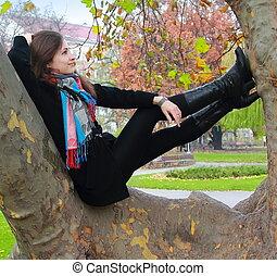 otoño, mujer se relajar, pensamiento, árbol, arriba, mirar, color, sonriente