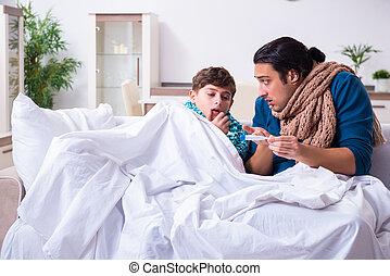 Padre joven cuidando a su hijo enfermo