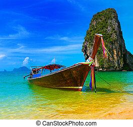 paisajes de viaje, playas con agua azul y cielo en verano Tailandia la naturaleza hermosa isla y el tradicional refugio tropical de los barcos de madera