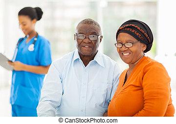 Pareja africana en la oficina de médicos
