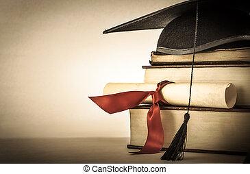 Pergamino de graduación y estantería de libros