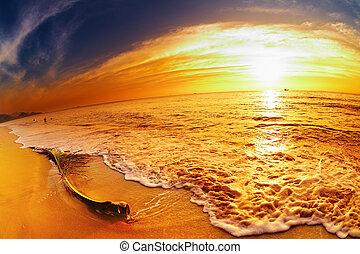 Playa tropical al atardecer, Tailandia