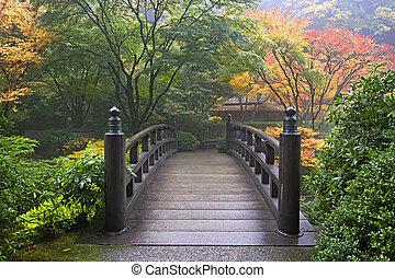 Puente de madera en el jardín japonés en otoño