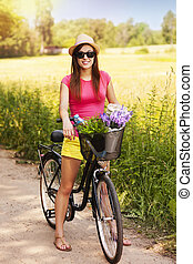 Retrato de bella mujer con bicicleta