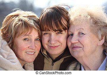 Retrato de mujeres de tres generaciones de una familia
