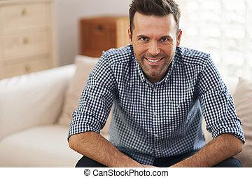 Retrato de un hombre guapo en la sala de estar