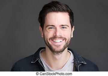 Retrato de un joven sonriente mirando la cámara