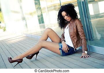 Retrato de una joven mujer negra, modelo de moda