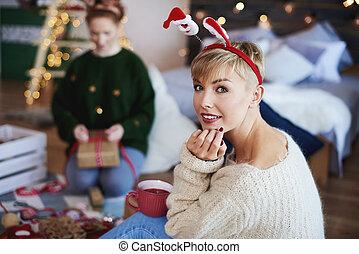 Retrato de una joven pasando la Navidad en el dormitorio