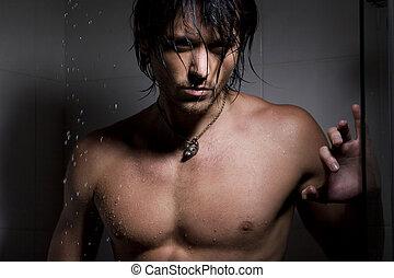Retrato glamoroso del hombre en chorros de agua