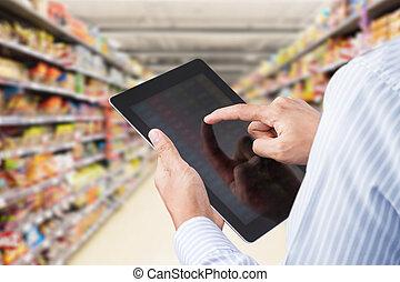 Revisando el inventario en el supermercado