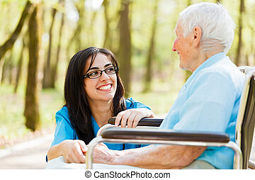 Riendo con una anciana