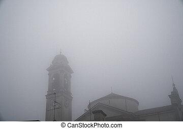 Robecco sul naviglio milan provincia, italia, 01 de febrero de 2018, vieja iglesia católica: edificio místico en neblina. El concepto del horror, el fondo de la religión