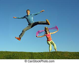 salto, pareja, pasto o césped