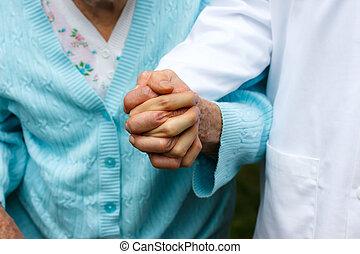Señora mayor con doctor
