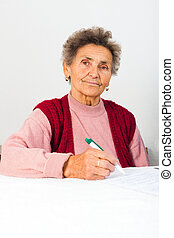 Señora mayor firmando contrato