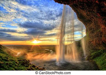Seljalandfoss cascada al atardecer en HDR, Islandia