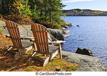 sillas Adirondack en la orilla del lago