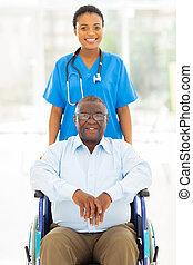 Trabajador de salud africano y paciente mayor