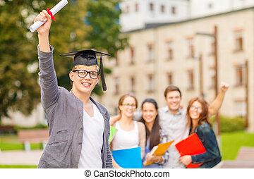 Un adolescente sonriente con diploma