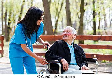 Un amable doctor hablando con una anciana