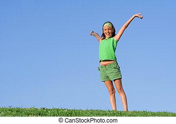 Un chico feliz y saludable al aire libre en brazos de verano criado