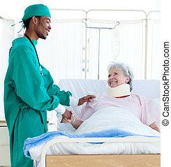 Un cirujano cuidando a un paciente