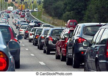 Un embotellamiento con filas de coches