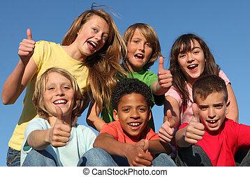 Un grupo de chicos de razas