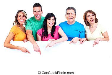 Un grupo de gente feliz con estandarte.