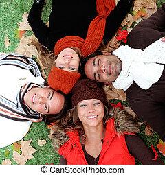 Un grupo de jóvenes felices sonriendo en otoño