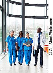 Un grupo de trabajadores de salud caminando en el hospital