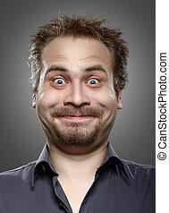 Un hombre con barba y bigote expresión de felicidad en su cara.
