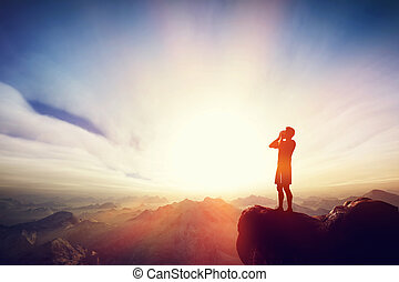 Un hombre gritando en la cima del mounain. Mensaje, pidiendo ayuda