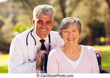 Un médico con un paciente al aire libre