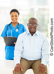 Un paciente afroamericano mayor en la oficina de médicos
