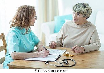 Un paciente mayor con un médico
