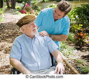 Un paciente mayor y una enfermera