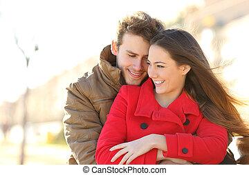 Un par de citas y abrazos en el amor en un parque