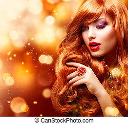 Un retrato de chica de la moda dorada. Pelo rojo ondulado
