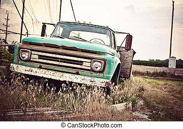 Un viejo coche oxidado a lo largo de la histórica ruta 66 de EE.UU