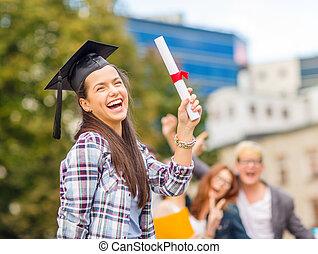 Una adolescente sonriente con diploma
