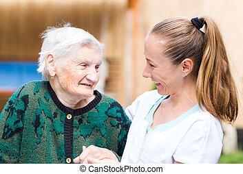 Una anciana con cuidadora